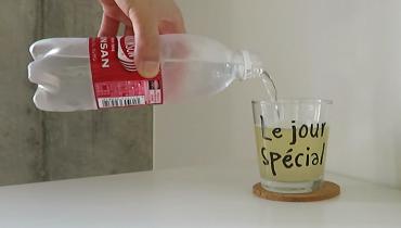 美酢(ミチョ)ピーチ味に炭酸水を入れる様子