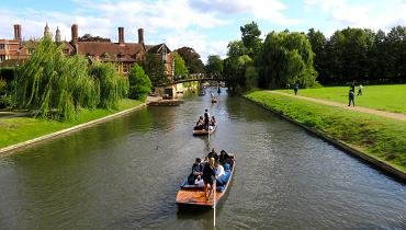 ケンブリッジ大学横のケム川とボート