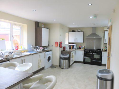 イギリスのシェアハウスのリビングとキッチン