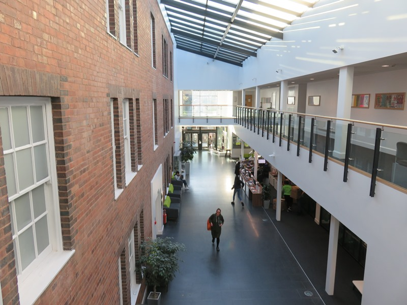 バーミンガム大学ビジネススクールの校舎の内観