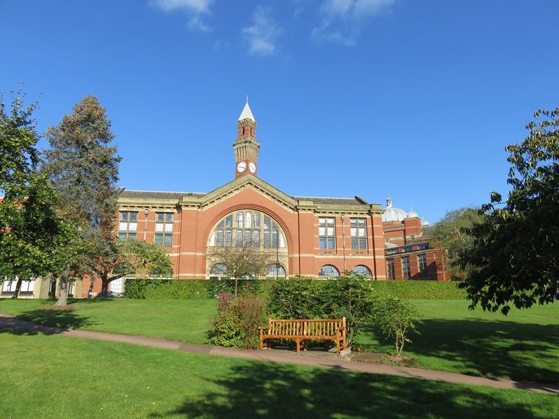 バーミンガム大学のアストンウェブと時計台