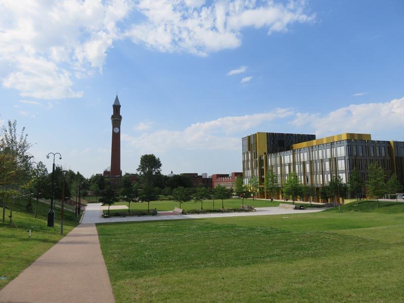 バーミンガム大学のオープンスペースから見える図書館と時計塔