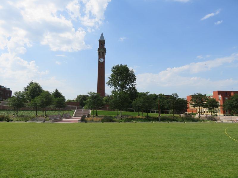 バーミンガム大学のユニバーシティ・スクエアから見える時計塔