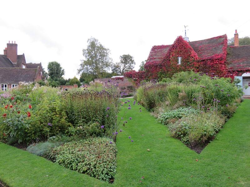 ウィンターボーン・ハウスガーデンの塀で囲まれた庭