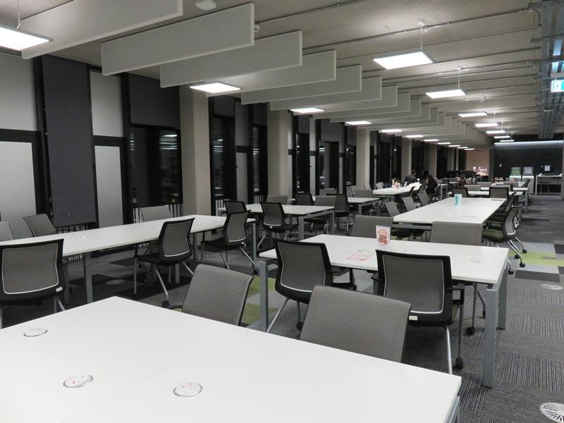 バーミンガム大学の図書館の内観