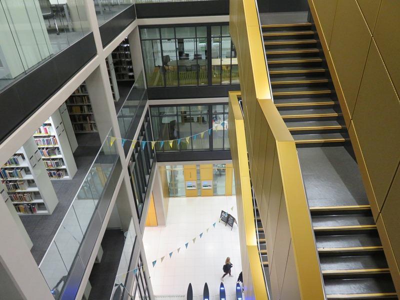 バーミンガム大学の図書館の階段