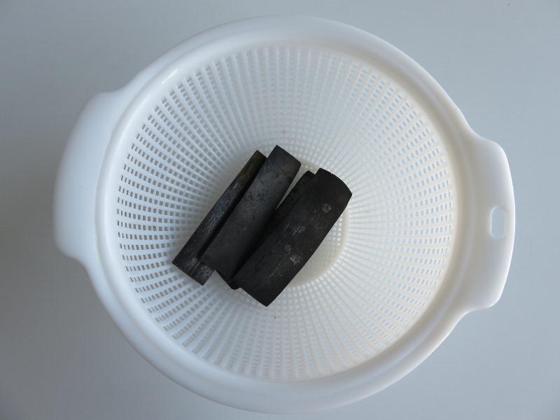 竹炭をザルに入れる