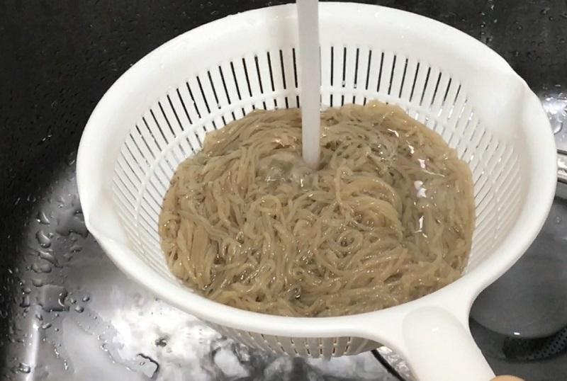 冷麺を冷水で冷やす