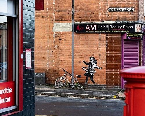 自転車のタイヤで遊ぶ少女(Banksy, バンクシー) ノッティンガムの作品
