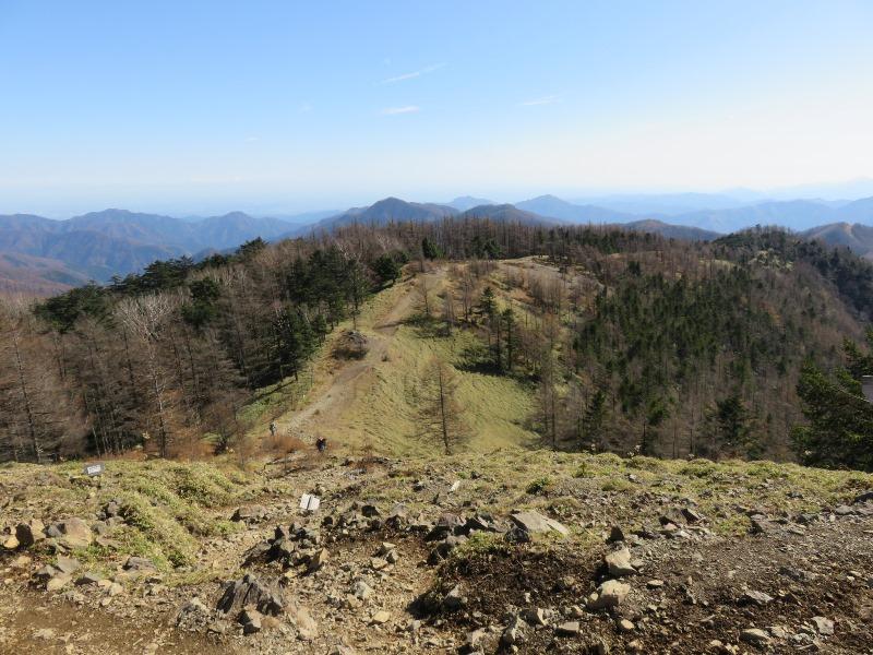 雲取山山頂から山道を振り返る