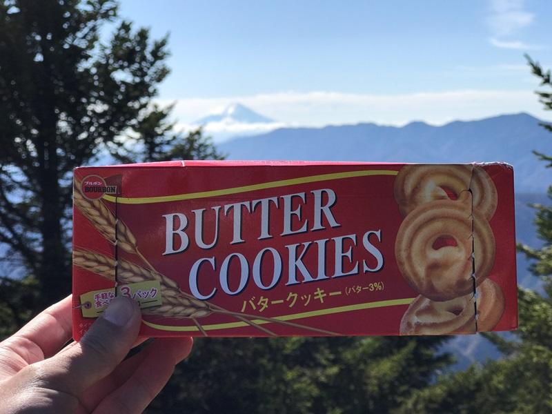 雲取山の山頂でクッキーを食べる