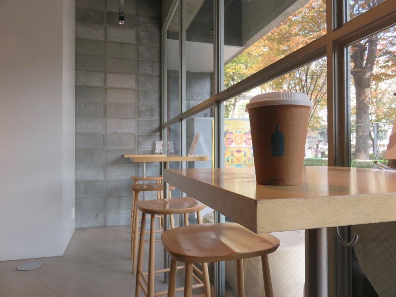 ブルーボトルコーヒー 池袋カフェの内観とドリップコーヒー