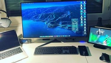 デスク周辺のパソコンとネット回線