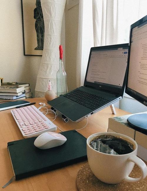 ワークスペースのパソコンと珈琲