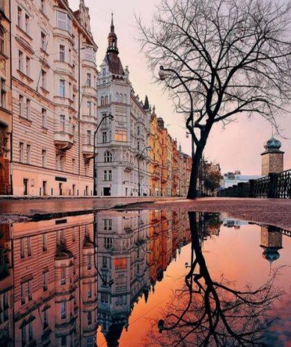 建物と夕日