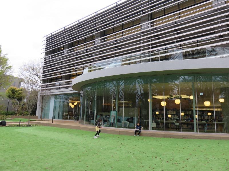 板橋区新中央図書館外観と子供