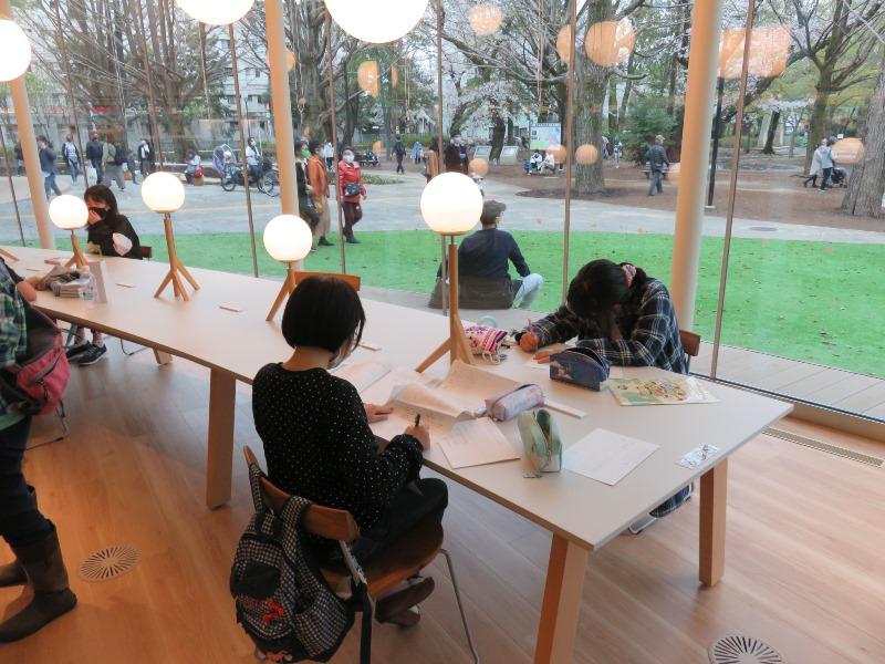 板橋区新中央図書館のキッズスペースで勉強する子供たち