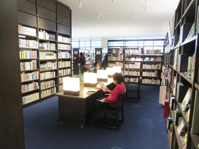 櫻井徳太郎コーナーの読書スペース