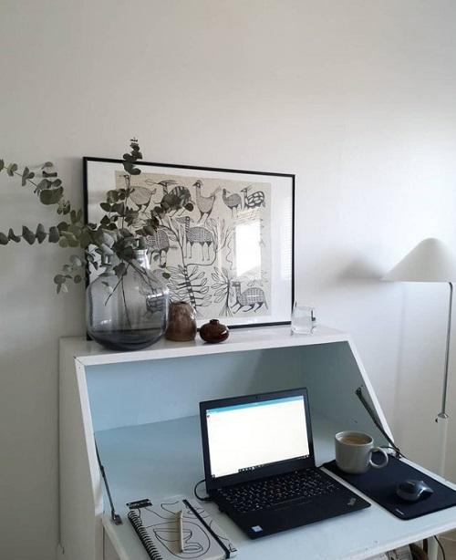 リモートワークの風景ノートパソコンと机