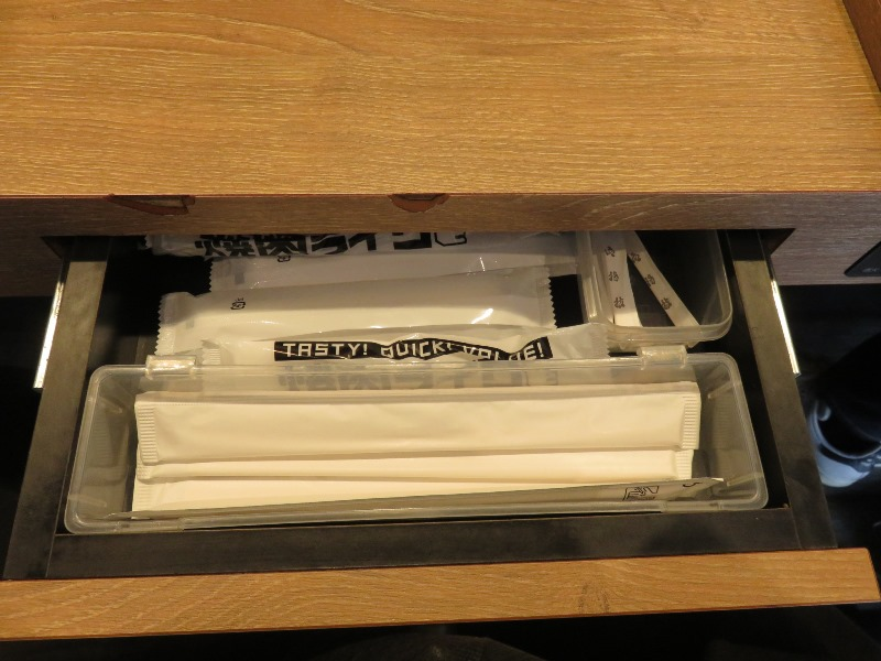 焼肉ライクのテーブル下にお箸とおしぼりがある