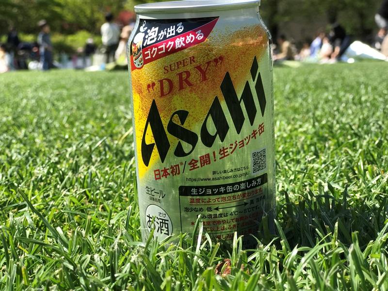 自然の中で飲むアサヒスーパードライ生ジョッキ缶