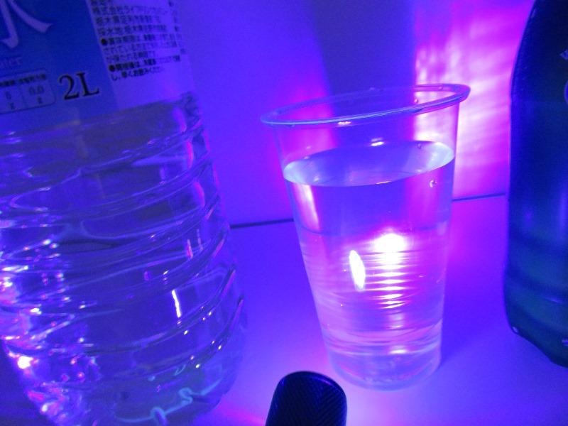 ブラックライトに水を照らしても光らず