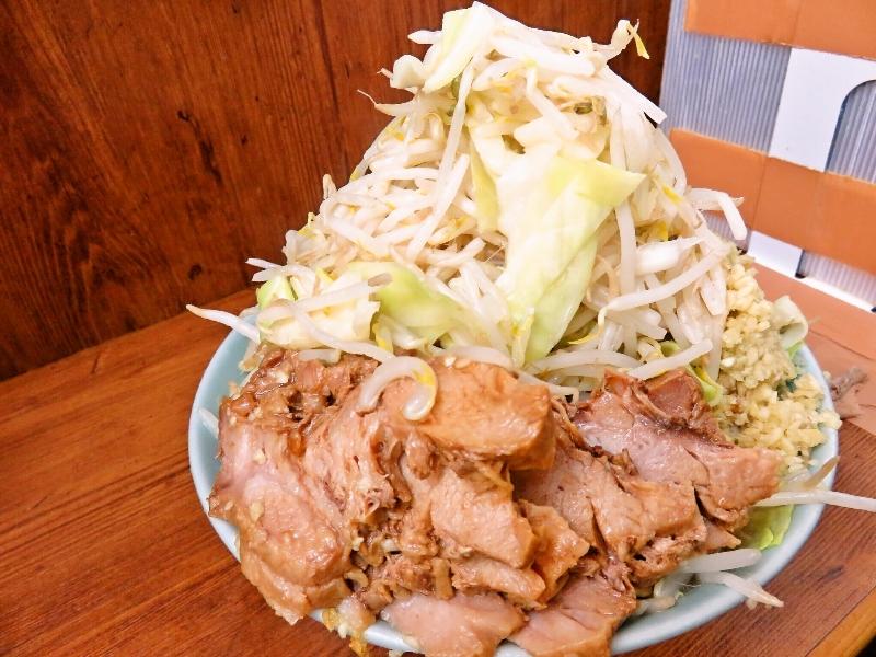 ラーメン二郎池袋店の豚ダブルに野菜とニンニクをマシマシ