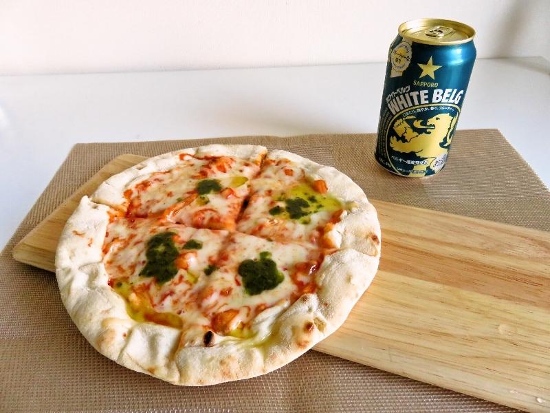 自宅でピザを焼いてホワイトベルグを飲む