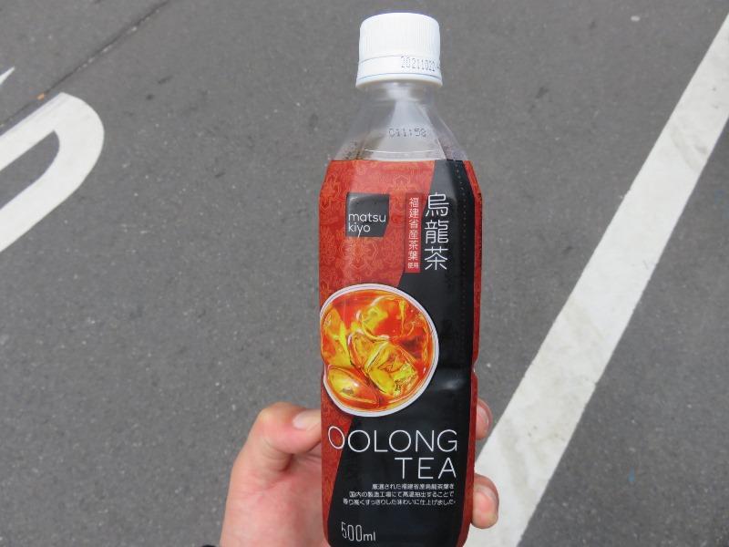 赤羽駅のマツキヨで買った烏龍茶