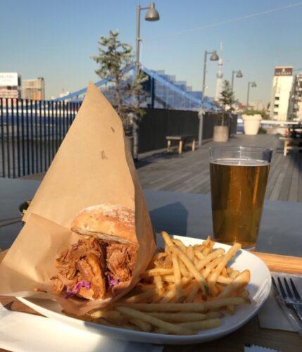 PITMANSのプルドポークバーガーとシーズンビール