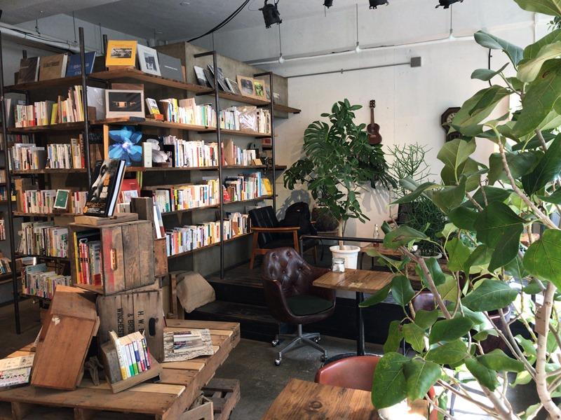 ブックカフェROUTE BOOKSの内観