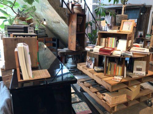 ブックカフェROUTE BOOKSの本とグランドピアノ