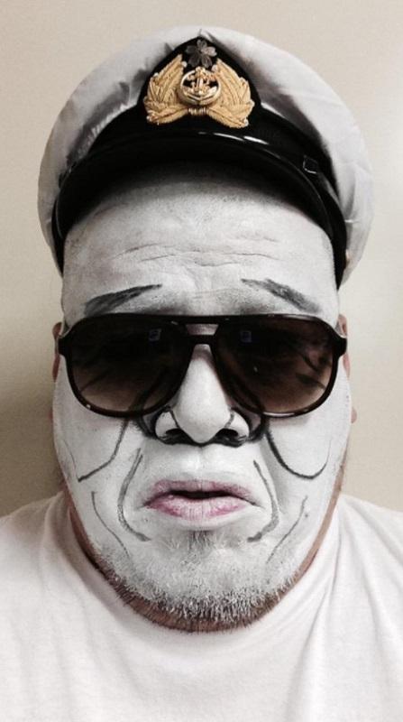 スティックファンデーションホワイトで白塗りモノマネをするくっきー