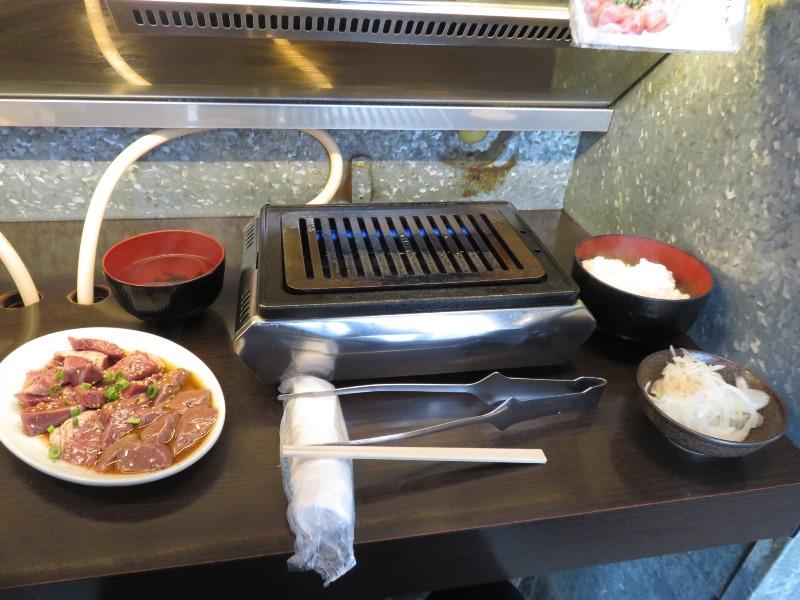 神保町食肉センターのカウンター席でお肉を食べる