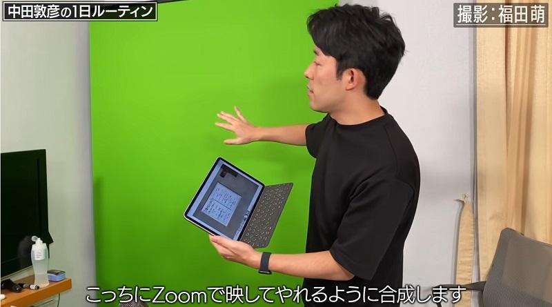 中田敦彦がYouTubeの動画撮影で使用しているクロマキー背景布(グリーンバック)