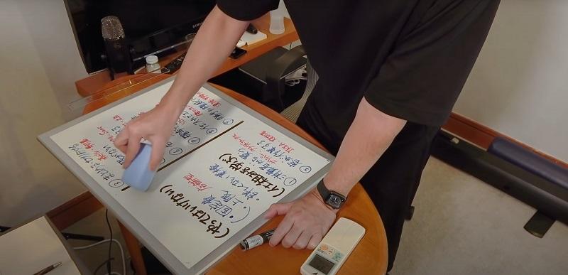 中田敦彦がYouTubeの動画撮影で使用しているホワイトボードに授業のキーポイントを書き込む
