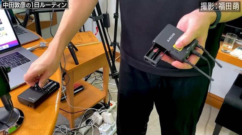 中田敦彦がYouTubeの動画撮影で使用しているSONY (ソニー) デジタル4Kビデオカメラレコーダーの乾電池のバッテリー