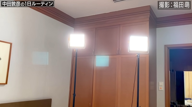 中田敦彦がYouTubeの動画撮影で使用しているライトスタンド