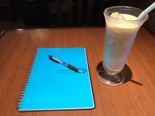 びっくりドンキーのみるく愛すカフェを飲みながら勉強をする