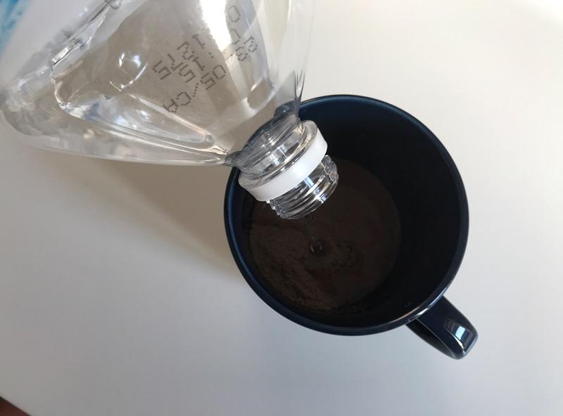 GronG(グロング) ホエイプロテインをコップに入れて水で溶かす