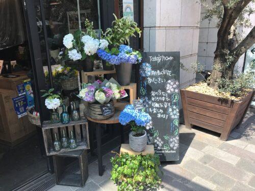 青山フラワーマーケット ティーハウス赤坂Bizタワー店の外観(紫陽花の季節に来店)
