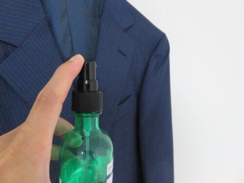 プラウドメン スーツリフレッシャーグリーンウッドの香りをスーツにかける
