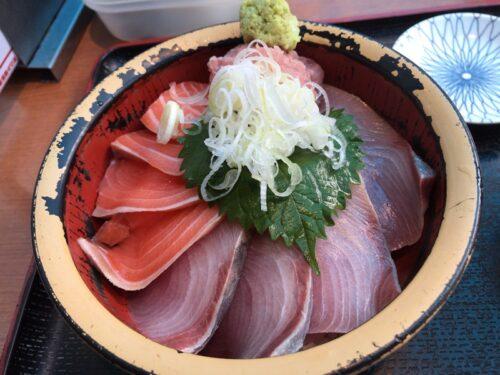 タカマル鮮魚店の海鮮丼ランチ・サーモン・ブリ・ネギトロ
