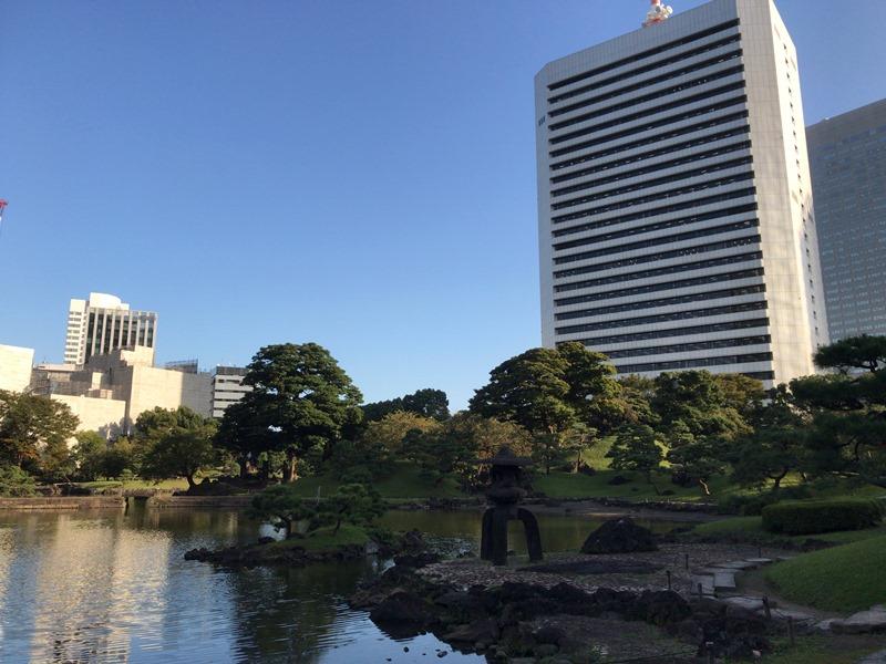 旧芝離宮恩賜庭園と東京のオフィスビル
