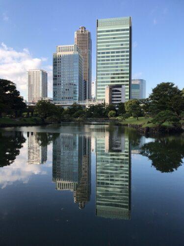 旧芝離宮恩賜庭園の大泉水に映る東京のオフィスビル