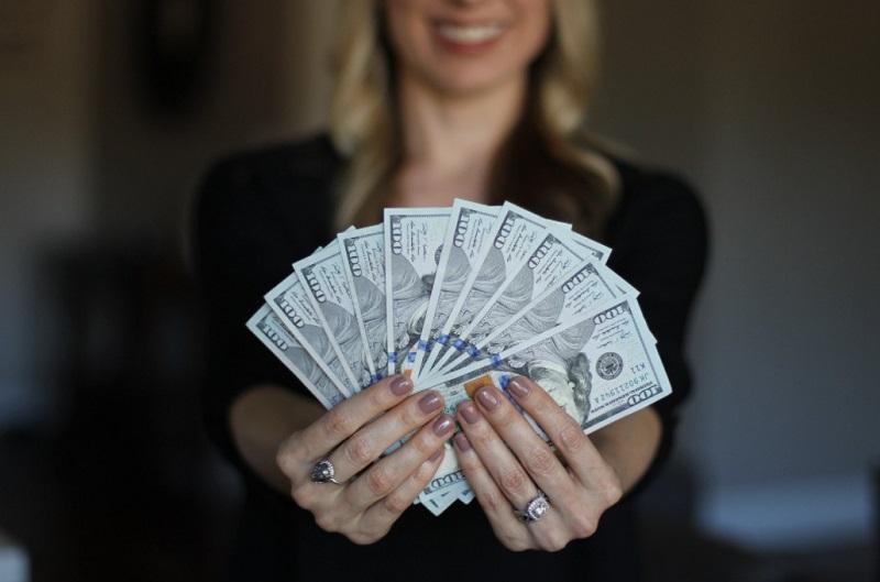 お金を握る女性