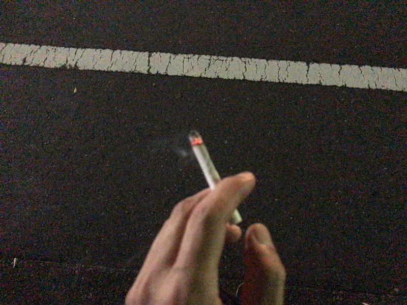 タバコの臭いは手と指に残る